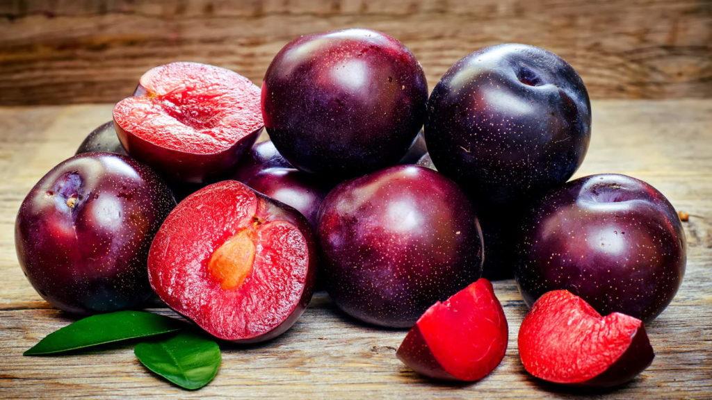 слива опадают плоды