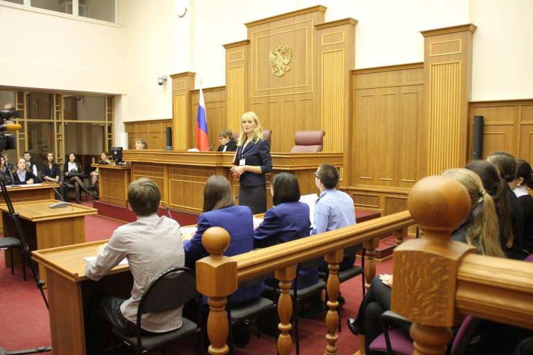 +в судебном заседании суда
