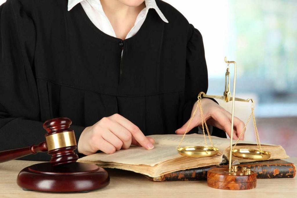 судебное разбирательство +в суде